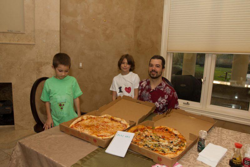 Laslo Haničš un viņa bērni ar picām, kas nopirktas ar Lightning Network