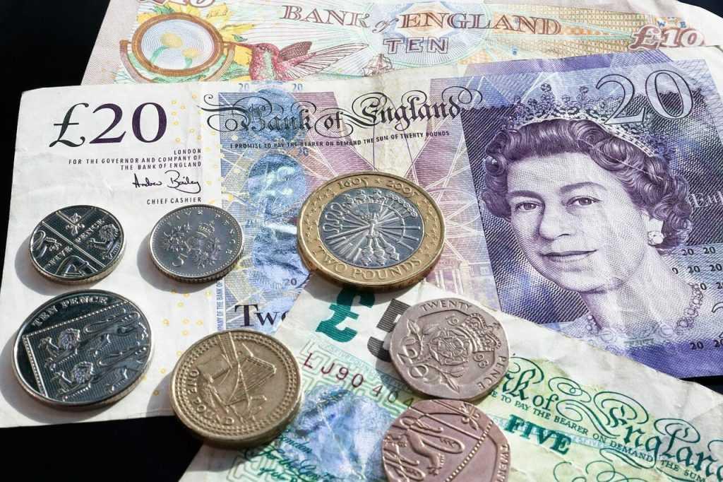 Lielbritānijas mārciņa ir svārstīgāka par bitkoinu