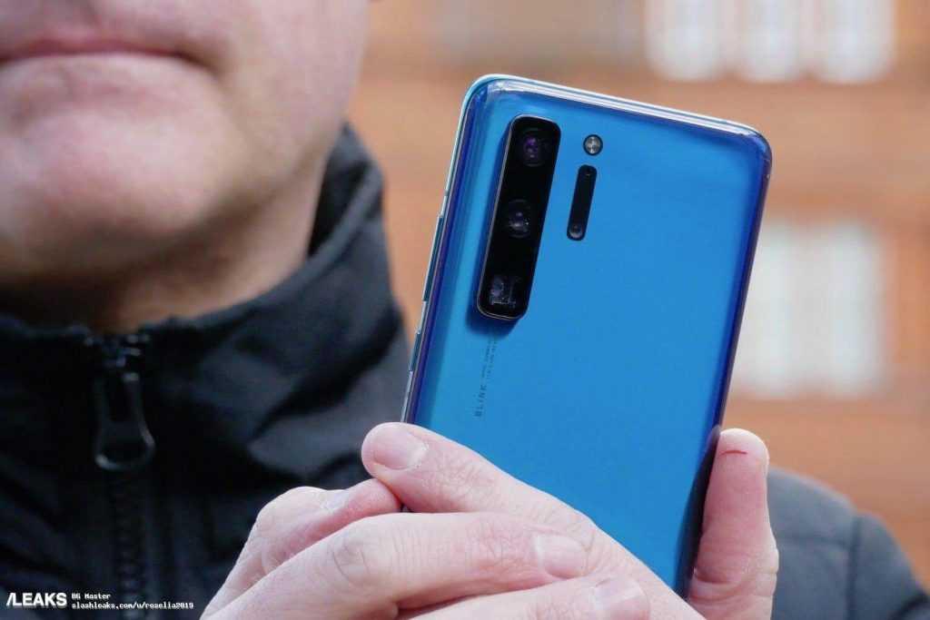 Slashleaks mājaslapā tika publicētas reālas fotogrāfijas, kurās mums pirmo reizi no dažādiem leņķiem parādīts jaunais viedtālrunis Huawei P40 Pro. Ierīces priekšējais panelis joprojām nav parādīts. Tā kā tas ir prototips, uz korpusa rakstīts Polarie un Blink, nevis Huawei un Leica. Neskatoties uz to, mēs varam detalizēti izpētīt viedtālruņa aizmugurējo un sānu paneli. Galveno kameru bloks - vertikāls, ar trīs attēla sensoriem. Papilus redzami vēl divi sensori, kā arī LED zibspuldze. Galvenās ierīces apakšējā kamera ir periskopiska, spriežot pēc objektīva taisnstūra izgriezuma. Tas apstiprina sākotnējo informāciju, saskaņā ar kuru Leica aizmugures kamerā būs pieci attēla sensori, ieskaitot galveno 52 megapikseļu, kura optiskais formāts ir 1 / 1,3 collas. Periskopa tipa kamera nodrošina 10x optisko tālummaiņu. Paredzams, ka Huawei P40 Pro saņems čipkopu Kirin 990, līdz 12 GB operatīvās atmiņas un 512 GB zibatmiņas. Viedtālruņu Huawei P40 un Huawei P40 Pro lādētāju jauda attiecīgi ir 22,5 un 40 vati. Huawei P40 un P40 Pro prezentācija gaidāma 2020. gada 26. martā