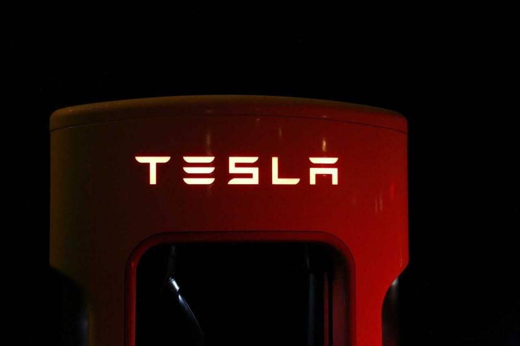 """""""Tesla"""" nosūta atpakaļ uz ASV savus darbiniekus, kas strādājuši """"Gigafactory Berlin"""" celtniecībā"""