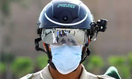 Sakarā ar COVID-19 – vairākās valstīs policija izmanto ķiveres ar apkārtesošo temperatūras kontroli