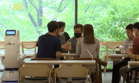 Roboti Baristas palīdz cilvēkiem distancēties Seulā
