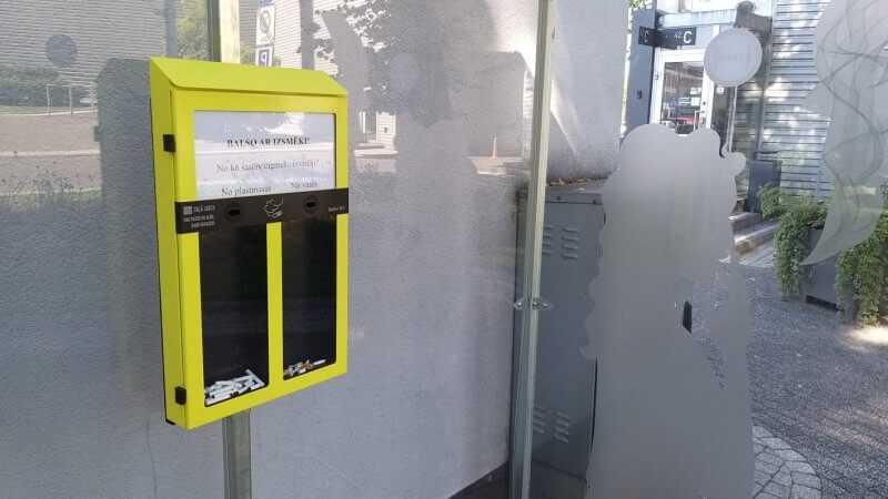 """Lai mazinātu izsmēķu nonākšanu dabā, pie modes un izklaides centra """"Rīga Plaza"""" uzstādīta unikāla izsmēķu savākšanas / balsošanas tvertne"""