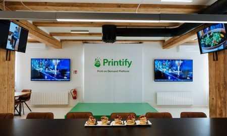 11.septembrī, Latvijas lielākais jaunuzņēmums Printify atklāja savu jauno ēku un uzņēmuma galveno mītni Spīķeru kvartālā
