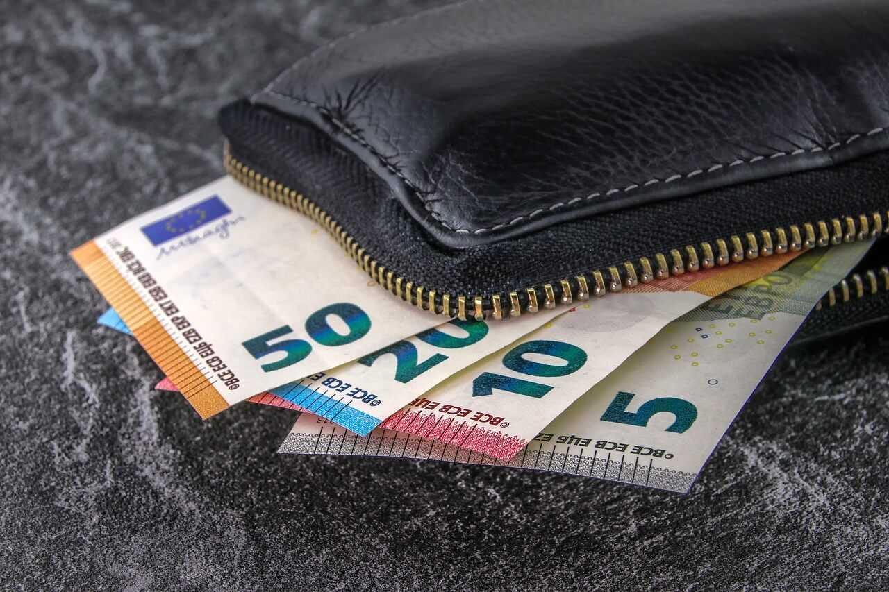 Skaidras naudas izmaksa veikalos pieaugusi par 30 %