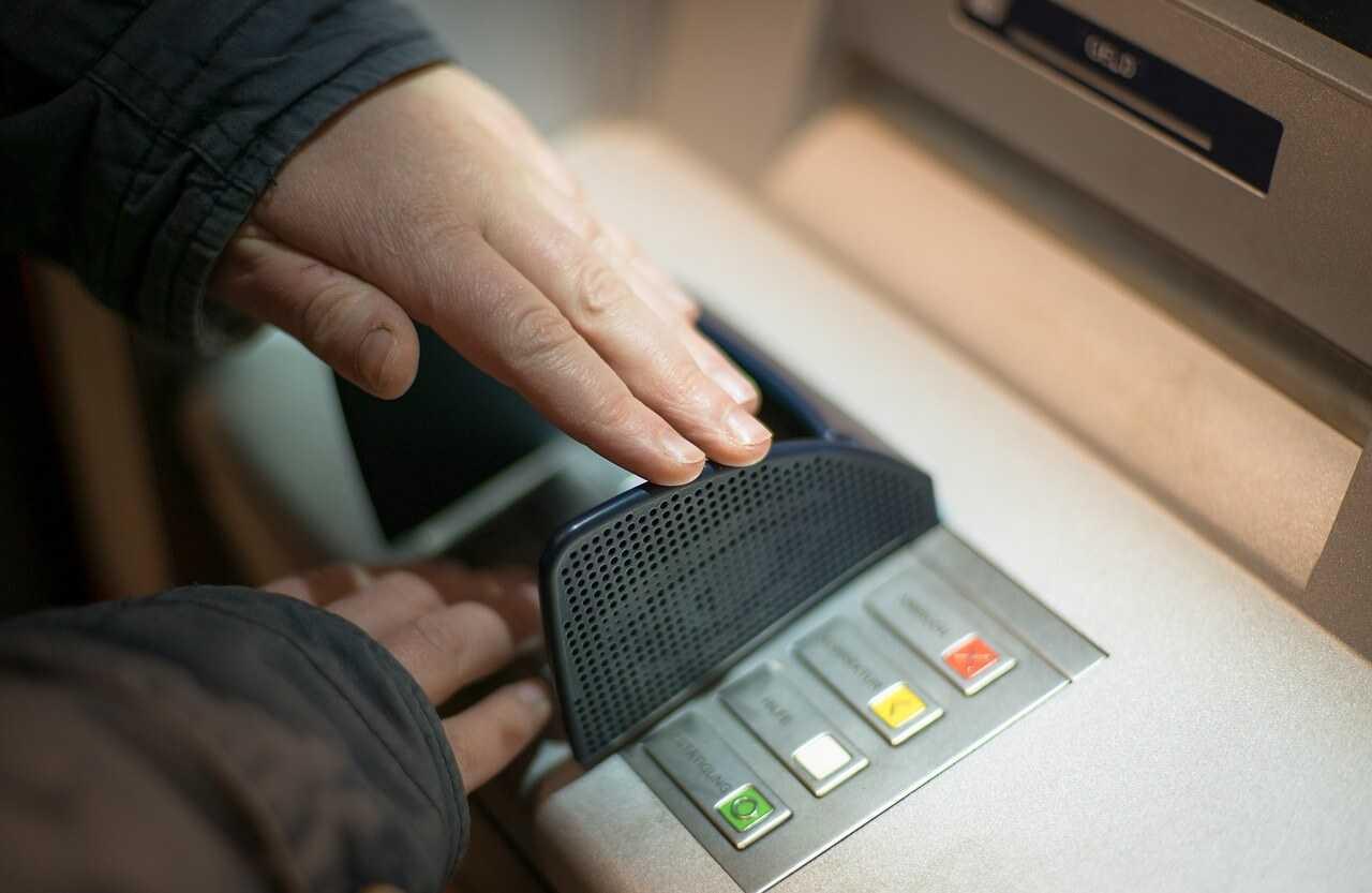 Bankomātus Latvijas iedzīvotāji izmanto retāk, bet izņem lielākas summas