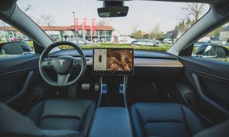"""Cik daudz 'Tesla"""" elektromobiļa īpašnieks iztērē auto apokopei"""