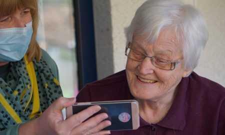 """""""Tele2"""": interneta telefonā lietošana visstraujāk pieaug senioru vidū – to lieto jau 20% senioru"""