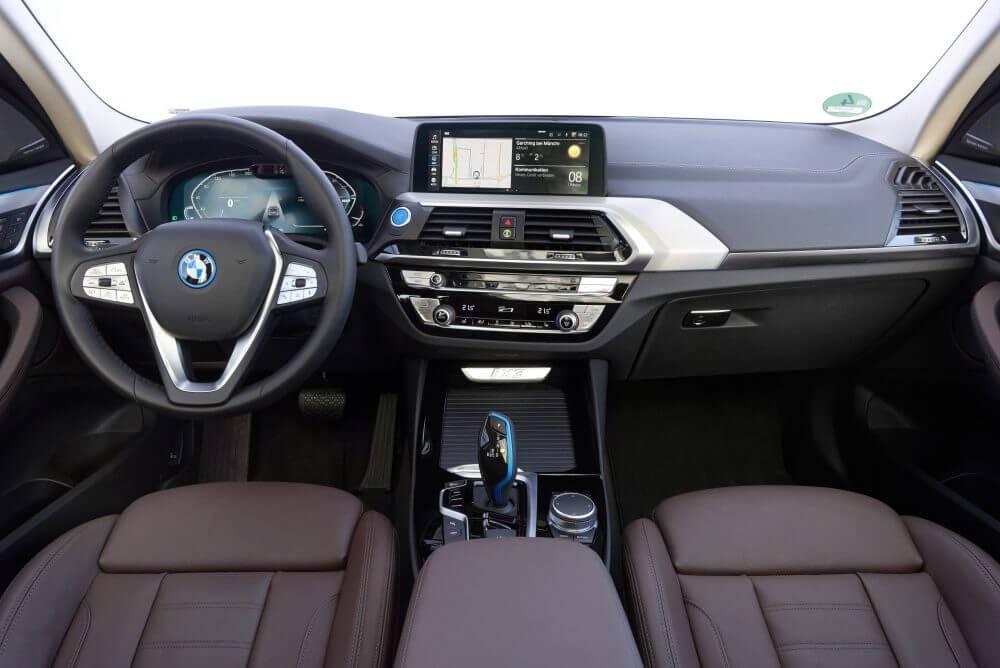 Elektromobilis BMW iX3 salons