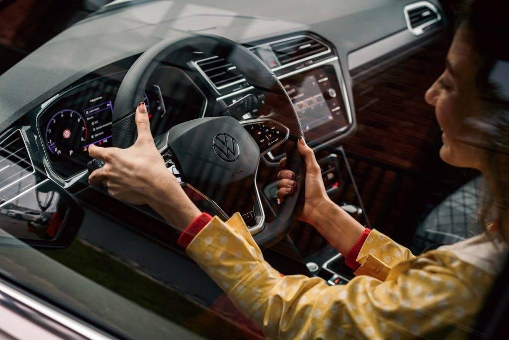 Jaunais Volkswagen Tiguan nonāk tirdzniecībā; sākuma cena Plašākai informācijai: Aleksandra Kostjukoviča Volkswagen sabiedrisko attiecību vadītāja Tel: +371 26686029 aleksandra.kostyukovich@moller.lv www.volkswagen.lv Vairāk informācija: volkswagen-newsroom.com zem 24 000 eiro