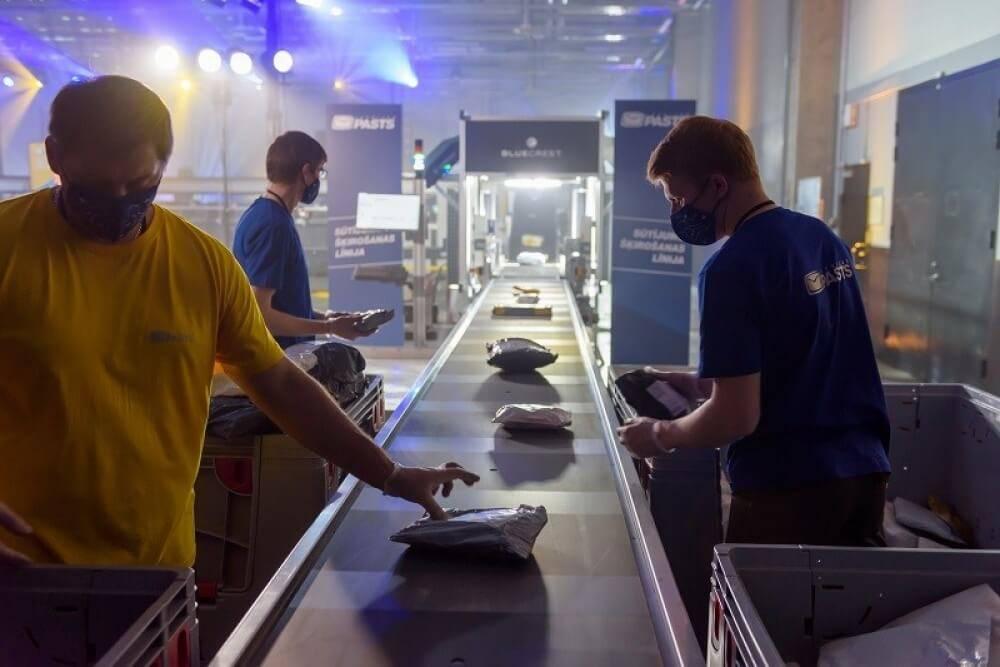 Latvijas Pasts atklāj modernu apstrādes un šķirošanas iekārtu: sūtījumus apstrādās divreiz ātrāk un vairāk