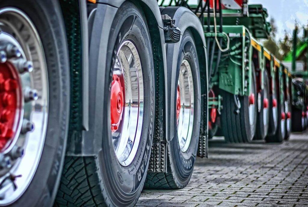 Kravas automašīnām transportlīdzekļa ekspluatācijas nodokli noteiks pēc oglekļa dioksīda izmešu daudzuma; lielāka likme būs uzņēmumu automobiļiem