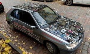 Zombijmobilis Rīgas ielās atgādina autobraucējiem – izkāp no telefona