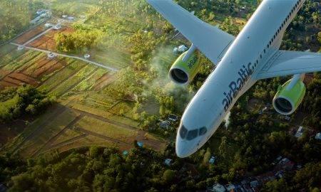 airBaltic ievieš jaunu zaļo iniciatīvu – digitālus pasažieru sarakstus