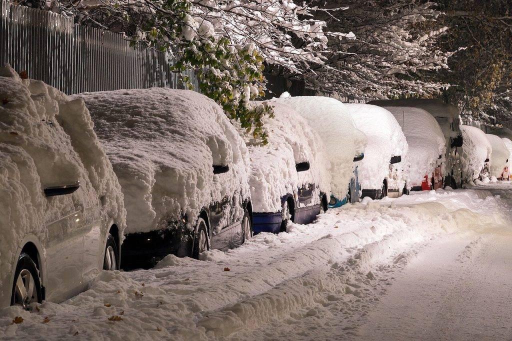 Sniega notirisana no auto