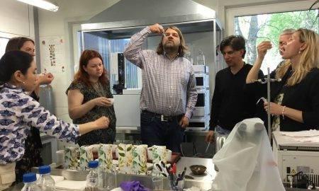 """SIA """"Bargi"""" izstrādāto tējas maisījumi prototipu degustācijas izmēģinājumi 2020. gada vasarā, kuros piedalījās Vides risinājumu institūta un SIA """"Field and Forest"""" pētnieki. Attēls: Vides risinājumu institūts."""
