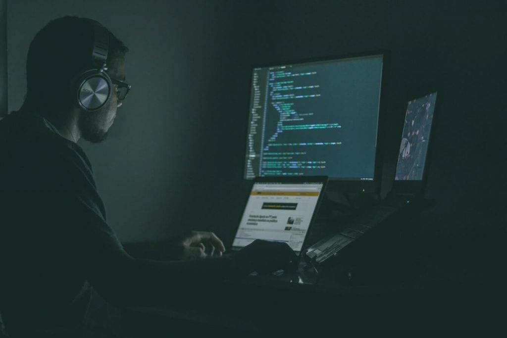 Brīdinām: krāpnieki mēģina izkrāpt norēķinu karšu datus, imitējot populārus loģistikas uzņēmumus