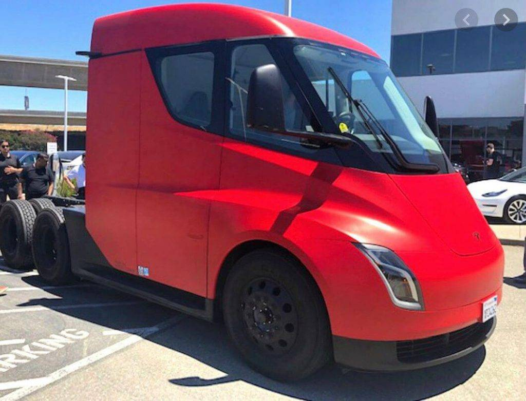 Tesla Semi sarkans