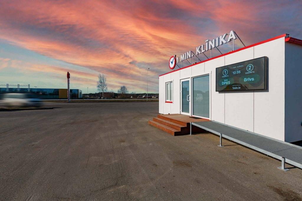 Atvērta pirmā ātrās apkalpošanas medicīnas klīnika Latvijā, kas atrodas degvielas uzpildes stacijas teritorijā