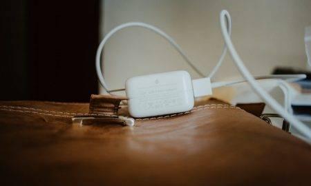 Apple saņem sodu par lādētāja neesamību
