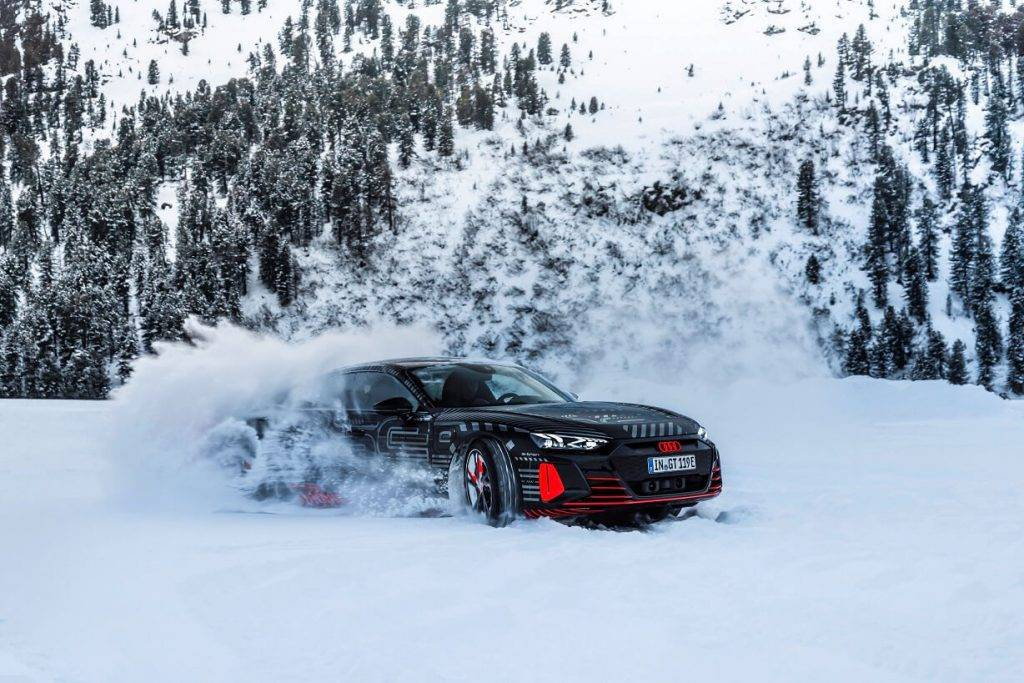 """Pirms nepilna mēneša pasaules pirmizrādi pieredzējušais Audi e-tron GT jau paguvis pierādīt sevi un izraisīt plašu interesi ne vien ar savu izsmalcināto dizainu, bet arī nobraukšanas distanci, ar vienu uzlādi veicot līdz pat aptuveni 488 kilometriem (WLTP ciklā). Martā arī Latvijā sākusies pilnībā elektriskā automobiļa iepriekšpārdošana. Audi e-tron GT modeļa cena ir sākot no 103 900 eiro, bet sportiskākās versijas RS e-tron GT no 141 700 eiro un to iespējams pasūtīt Audi dīleru centros Moller Auto Rīga un Moller Auto Lidosta. Baltijā jaunais Audi e-tron GT nonāks šovasar. """"Audi e-tron GT ir Audi nākotnes dizaina un stratēģijas stūrakmens. Ikviens, kurš jau ir izvēlējies vai plāno iegādāties šo automobili, var būt drošs par baudāmu, izsmalcinātu un vienlaikus dinamisku ikdienas braukšanu jau pavisam drīz. Šis ir automobilis, kas neatstās vienaldzīgu un vienmēr būs viens no lielākajiem sava laika Audi dizaina un tehniskā izpildījuma paraugiem,"""" stāsta Ilgvars Ļubka, Audi zīmola vadītājs Latvijā un Lietuvā. Interjers un eksterjers Audi e-tron GT dizains ir ne vien estētiski baudāms, bet arī automobiļa efektivitātes būtība. Katra virsma un līnija ir harmoniska, sākot ar priekšējiem lukturiem, kas papildu komplektācijā pieejami ar lāzera gaismām, un beidzot ar lielo gaisa izkliedētāju aizmugurē. Virsbūves līnijas ir aerodinamiskas, bet pretestības koeficients ir 0,24. Arī interjers atbilst klasiskam Gran Turismo dizainam – autovadītāja un priekšā sēdošā pasažiera sēdekļi uzstādīti sportiski zemā pozīcijā un tos atdala plata centrālā konsole, savukārt aizmugurējie sēdekļi nodrošina pietiekami daudz vietas arī pieaugušajiem. Neuzkrītošā interjera dizaina elegance izceļ automobiļa progresīvo raksturu. Elektriska jauda Pilnībā elektriskais un CO2 neitrālais Audi e-tron GT ir sportisks, garām distancēm piemērots automobilis ar pirmšķirīgu dinamisku vadāmību. Atkarībā no modeļa, elektriskie motori rada 476 ZS vai 598 ZS jaudu, nodrošinot dinamiska spurta iespējas. e-tron GT i"""
