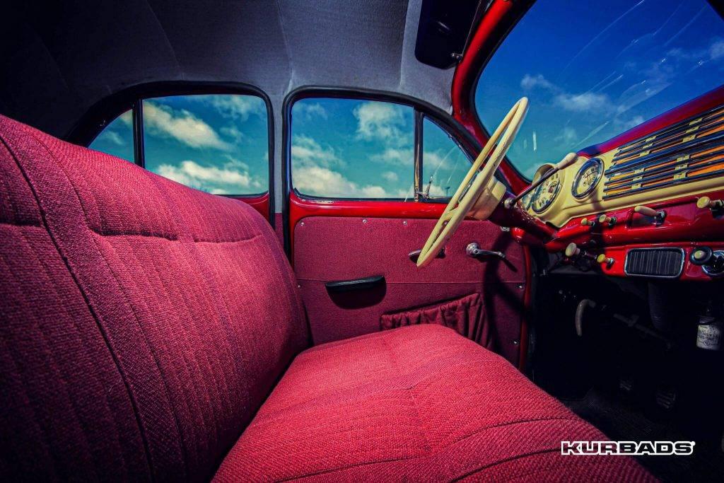 Škoda 1200 priekšējais sēdeklis ir viengabala.