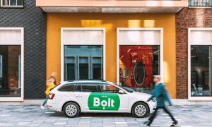 Bolt dāvina atlaides braucieniem no vakcinācijas centriem
