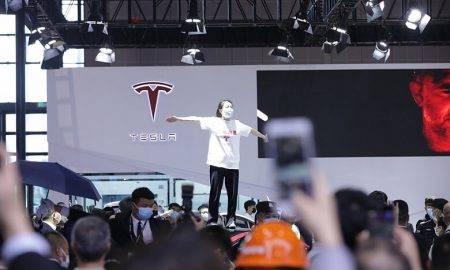 Protests pret kompānuju Tesla izstādes laikā