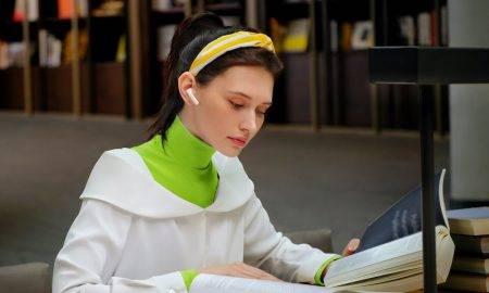 """Austiņas ar iebūvētu mikrofonu, klēpjdators ar kameru un viedtālrunis ir reāla nepieciešamība, lai spētu veiksmīgi turpināt darbu un mācību procesu arī šajos sarežģītajos apstākļos. Viens no pieprasītākajiem jaunajiem tehnoloģiju risinājumiem ir tieši bezvadu austiņas, kas ir neapšaubāmi ērts risinājums ikvienam - gan studentam, gan biroja darbiniekam. Lai noskaidrotu, kā ir izmainījušies Latvijas iedzīvotāju bezvadu austiņu lietošanas paradumi, tehnoloģiju uzņēmums Huawei veica aptauju*, kurā noskaidroja, ka 66% aptaujāto bezvadu austiņu lietošanas biežums pēdējā gada laikā ir palielinājies. """"Bezvadu austiņas ir iekarojušas patērētāju sirdis tieši šī bezvadu savienojuma funkcijas dēļ, kas ļauj lietotājiem ērti pārvietoties, nedomājot par mūžīgo vadu piņķerēšanu. Fiziska ierīču saslēgšana ar vada starpniecību ir apnicīga un neparocīga, tāpēc bezvadu risinājumu popularitāte arvien pieaug, atvieglojot lietotāju ikdienu un ļaujot ikvienam pavadīt dienu produktīvāk,"""" stāsta Aleksandrs Jekimovs, Huawei produktu apmācību vadītājs Latvijā. Ērtākas ikdienas meklējumos Bezvadu austiņu lietošanas biežuma ievērojama palielināšanās ir skaidrojama ar visu dzīves aspektu saplūšanu vienuviet jeb mājas vidē. 84% aptaujāto respondentu norādīja, ka visbiežāk bezvadu austiņas izmanto klausoties mūziku vai raidierakstus. Bieži vien klausāmies mūziku paralēli citām nodarbēm, lai palīdzētu sev koncentrēties un noslēgtos no apkārtējiem trokšņiem vai iedvesmotos fiziskām aktivitātēm. Tieši apkārtējo trokšņu slāpēšana ir iemesls bezvadu austiņu iegādei, lai spētu koncentrēties efektīvai pienākumu izpildei tajā pašā laikā, netraucējot pārējiem mājokļa iemītniekiem. """"Bezvadu austiņas ar aktīvo trokšņu slāpēšanas funkciju ir iecienīts produkts patērētāju vidū. Neapšaubāmi šis segments šobrīd ir piepildīts ar dažādiem piedāvājumiem ikvienai gaumei. Viens no jaunumiem ir Huawei FreeBuds 4i, kas caur austiņās iebūvētajiem mikrofoniem uztver apkārtējo troksni un rada pretēju skaņas vilni, tādējādi"""