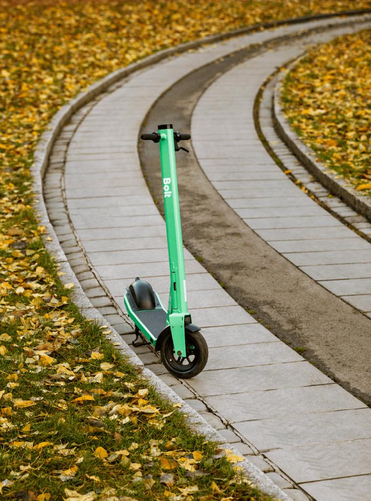 Kā atbildīgi novietot elektrisko skrejriteni pilsētvidē?