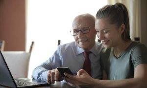 """""""Tele2"""": jaunieši mobilo internetu patērē divas reizes vairāk nekā pieaugušie"""