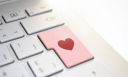 Iepazīšanās tiešsaistē ēnas puse: privātas informācijas izpaušana un vajāšana