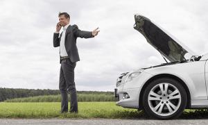 Pētījums: puse Latvijas autovadītāju neprot nomainīt riepu automašīnai