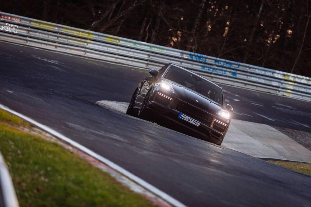 """Jaunais """"Porsche Cayenne"""" uzstāda rekordu SUV kategorijā"""