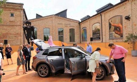 Ilgtspēja fokusā Novērst, samazināt vai kompensēt kaitīgos izmešus – Audi ražo Q4 e-tron ar neitrālu oglekļa ietekmi. Vācijas Cvikavas rūpnīcā tiek izmantota videi draudzīga elektroenerģija, bet akumulatoru elementu piegādātājiem tiek izteikta prasība savos ražošanas procesos izmantot tikai videi draudzīgu elektroenerģiju. Kaitīgie izmeši, kas patlaban ir nenovēršami, tiek kompensēti ar klimata aizsardzības projektiem, ko sertificējis TÜV. Tie atbilst stingrajām Gold Standard Foundation prasībām. Kopā ar piegādātājiem Audi stingri un sistemātiski apņēmies rīkoties atbildīgi visos automobiļu izstrādes procesos. Jau kopš 2017. gada uzņēmums izvērtē savus partnerus, izmantojot ilgtspējas reitingu, ko tas pats izstrādājis, lai nodrošinātu resursus taupošus ražošanas procesus un sociālo standartu ievērošanu. Papildus tam, Q4 e-tron sportiskajam S line interjeram pieejama sēdekļu apdare, kas satur lielu otrreiz pārstrādāta poliestera daudzumu. Katram sēdeklim izmantotas aptuveni 26 pārstrādātas 1,5 litru PET pudeles.
