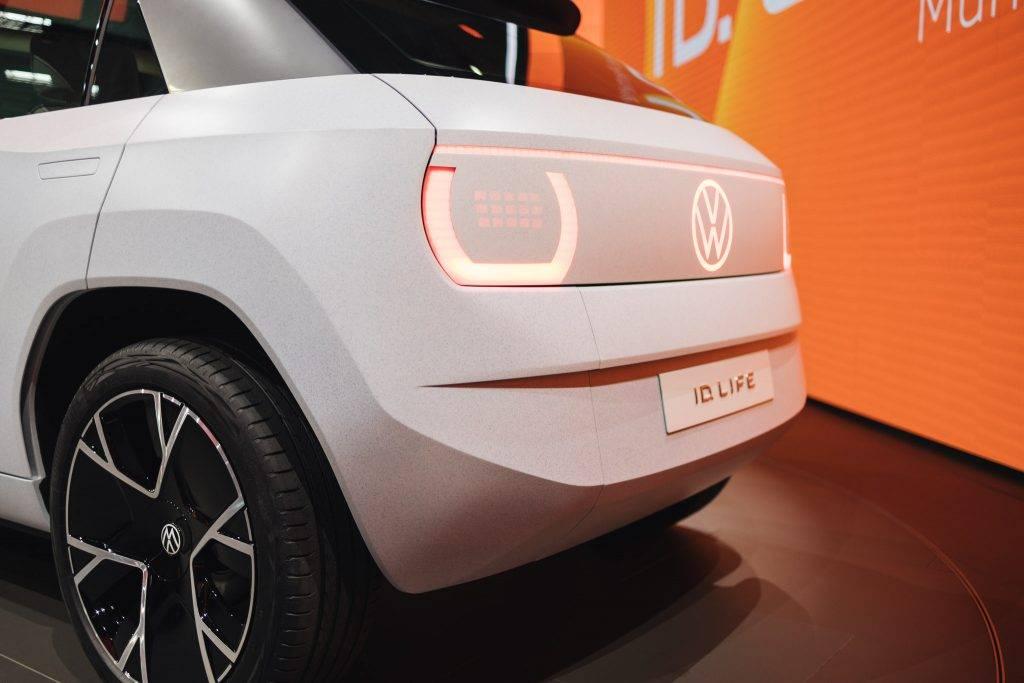 """""""ID. LIFE ir mūsu vīzija par nākamās paaudzes pilnībā elektrisko pilsētas mobilitāti. Konceptautomobilis sniedz ieskatu ID. modelī mazo automobiļu segmentā, ko mēs tirgū laidīsim 2025. gadā par cenu aptuveni 20 000 eiro. Tas nozīmē, ka mēs elektrisko mobilitāti padarām pieejamu aizvien vairāk cilvēkiem,"""" norāda Volkswagen zīmola vadītājs Ralfs Brandšteters. """"Radot ID. LIFE, mēs nepārtraukti koncentrējāmies uz gados jauno klientu vēlmēm. Mēs uzskatām, ka pat vairāk nekā šobrīd nākotnes automobilī uzsvars tiks likts uz dzīvesveidu un personīgo izpausmi,"""" papildina Volkswagen zīmola vadītājs Ralfs Brandšteters."""