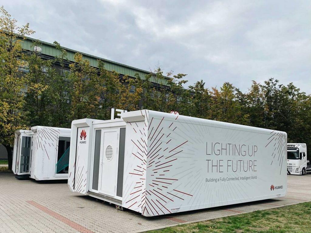 Huawei ceļojošā izstāde ierodas Rīgā, iepazīstinot interesentus ar jaunākajām tehnoloģijām