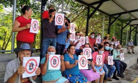 Salvadoras pensionāri piketē pret bitkoinu