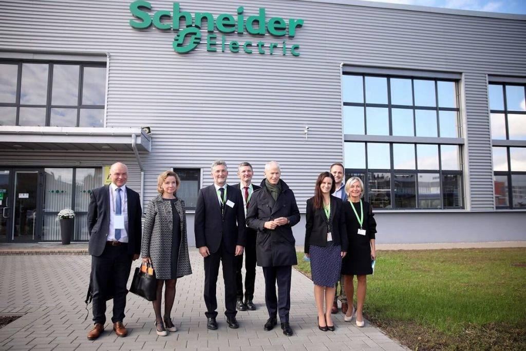 Francijas valdības un uzņēmēju delegācija apmeklē vienu no lielākajām elektroinstalācijas produktu ražotnēm Latvijā – Schneider Electric Rīgas rūpnīcu