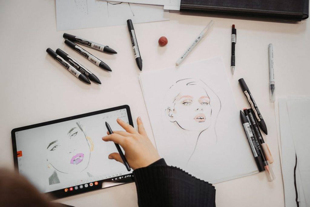 Modes ilustratore Alīna Grīnpauka: kā uzsākt zīmēt digitāli