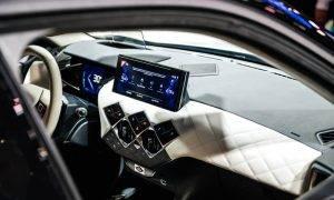 """Kompānija """"Apple"""" paplašina """"CarPlay"""" funkcionalitāti, ieskaitot gaisa kondicionēšanu un audio vadību"""